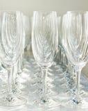 Beaucoup de verres à vin restent dans une ligne Images libres de droits