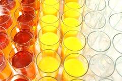 Beaucoup de verres avec du jus diff?rent Vaisselle pour des boissons image stock