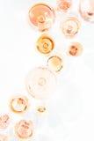 Beaucoup de verres de vin rosé à l'échantillon de vin Concept de vin rosé Image libre de droits