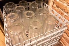 Beaucoup de verres transparents pris hors de la machine de vaisselle humide Nettoyez le Dishware dans le lave-vaisselle image libre de droits