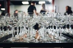 Beaucoup de verres de vin dans une rang?e images stock