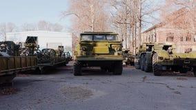 Beaucoup de vieil équipement militaire Lance-roquettes et tracteurs banque de vidéos