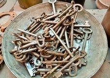 Beaucoup de vieille clé en laiton Photos stock