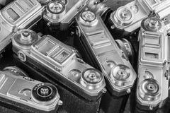 Beaucoup de vieux appareils-photo Vue supérieure d'un fond en gros plan Photos libres de droits