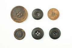 Beaucoup de vieux boutons ronds avec des fissures sur le blanc Photo libre de droits