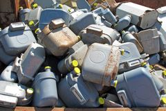 Beaucoup de vieux compteurs de gaz projetés en remblai de rebut image libre de droits