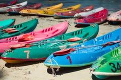 Beaucoup de vieux kayaks colorés de canoës sur la plage à la plage de rhum de Nang, Sattahip, Chonburi, Thaïlande photographie stock