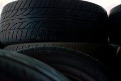 Beaucoup de vieux pneus dans le magasin photographie stock