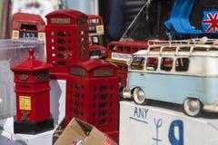 Beaucoup de vieux véhicules collectables de jouet dans des couleurs lumineuses sur l'affichage dans une boutique de fenêtre March Images libres de droits