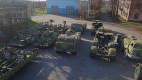 Beaucoup de vieux véhicules militaires sont à la décharge de l'équipement militaire Vieilles armes clips vidéos