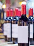 Beaucoup de vins avec le fond de tache floue Photo stock