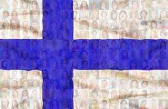 Beaucoup de visages divers sur le drapeau national de la Finlande photo libre de droits