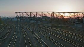 Beaucoup de voies de chemin de fer vides sur le fond du coucher de soleil banque de vidéos