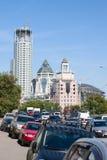 Beaucoup de voitures et immeubles de bureaux Photo stock