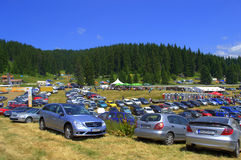 Beaucoup de voitures garées, Rozhen, Bulgarie Image stock