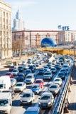 Beaucoup de voitures sur le shosse de Leningradskoye au printemps Photographie stock libre de droits