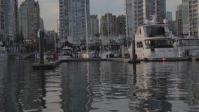 Beaucoup de yachts de luxe à la marina de Yaletown banque de vidéos