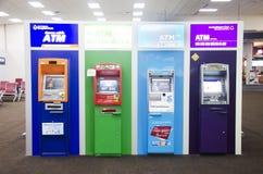 Beaucoup distributeur automatique de billets ou atmosphère à l'aéroport international de Don Mueang Images libres de droits