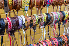 Beaucoup divers bracelets de cuir et de textile Photographie stock libre de droits