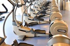 Beaucoup exercent la bicyclette à un centre de fitness Photographie stock