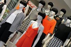 Beaucoup façonnent des mannequins dans la fenêtre de boutique de vêtements Images stock