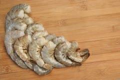 Beaucoup fond en bois vert cru du Roi Size Shrimps On image stock