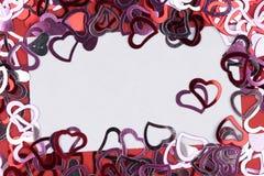 Beaucoup forme rouge de coeur sur le fond, le cadre et l'espace blancs pour le texte Image libre de droits