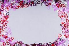 Beaucoup forme rouge de coeur sur le fond, le cadre et l'espace blancs pour le texte Images stock
