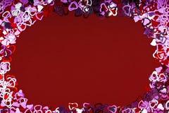 Beaucoup forme rouge de coeur sur le fond, le cadre et l'espace rouges pour le texte Images stock