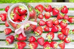 Beaucoup fraise mûre dans le pot en verre Générosité d'été Photos libres de droits