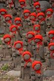 Beaucoup jizo avec le chapeau rouge Image libre de droits