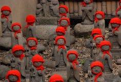 Beaucoup jizo avec le chapeau rouge Photos stock