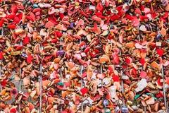 Beaucoup l'amour coloré des serrures padlocks chez Asiatique la façade d'une rivière Images libres de droits