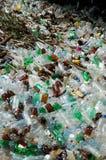 Beaucoup l'eau proche extérieure jetée de plastique par bouteilles Photos libres de droits