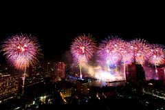 Beaucoup l'explosion colorée des feux d'artifice pilotent le ciel nocturne photographie stock libre de droits