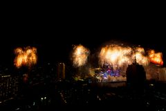 Beaucoup l'explosion colorée des feux d'artifice pilotent le ciel nocturne image stock
