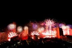 Beaucoup l'explosion colorée des feux d'artifice pilotent le ciel nocturne photographie stock