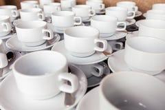 Beaucoup la tasse de café s'est préparée à la pause-café pendant l'événement de séminaire photos libres de droits