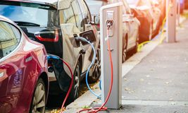 Beaucoup la voiture électrique sont chargées par des stations de charge Photos libres de droits