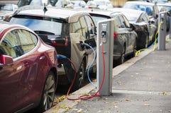 Beaucoup la voiture électrique sont chargées par des stations de charge Image stock
