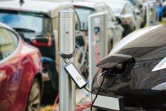 Beaucoup la voiture électrique sont chargées par des stations de charge Photos stock