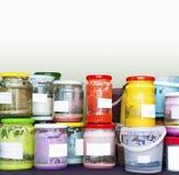 Beaucoup le lustre en céramique coloré cogne avec les labels blancs Image stock