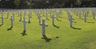 Beaucoup marbrent des croix sur un cimetière Photos stock