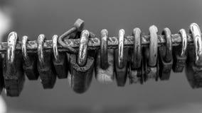 Beaucoup Metal l'abrégé sur noir et blanc cadenas Photos stock