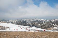 Beaucoup neige jouante de touristes en vallée de la lune bleue dans Shangri- Photo libre de droits