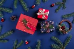 Beaucoup Noël différent et nouvelles années de présents dans l'emballage coloré photo libre de droits