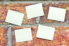 Beaucoup note jaune sur le mur de briques Photo stock