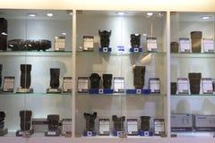 Beaucoup objectif de caméra à vendre dans le magasin Photographie stock libre de droits