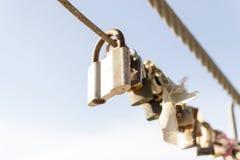 Beaucoup ont coloré l'abrégé sur cadenas en métal scellé Image stock