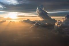 Beaucoup opacifient dans le vol au-dessus du lever de soleil Photographie stock